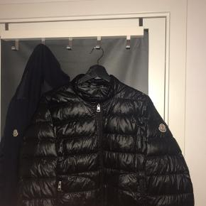 MEGET LILLE hul på jakken, men slet ikke noget man ser