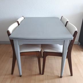 Spisebord med hollandsk udtræk. Længde × bredde. 124 cm × 78 cm Udslået er bordet 222 cm. Hver plade er 49 cm.  Afhentning i Roskilde på 3. sal.