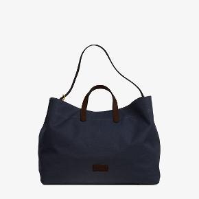 M/S Haven fra Mismo i Midnight blue/Dark Brown. Super lækker rejse/weekend taske. Aldrig brugt L: 50  H: 40  W: 30 cm