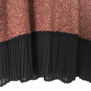 Strikkjole med sorte manchetter og plisseret sort kant forneden. Style Carissa-DR. 84 % bomuld, 16 % nylon.