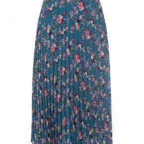 Varetype: Midi Farve: Multi Oprindelig købspris: 1600 kr.  Sprit ny nederdel. Så smuk. Har også skjorten som passer til.   Mp 500kr. Pp. Alle bud under besvares ikke.  Mp for sættet er 1000kr og bud under har ikke interesse.
