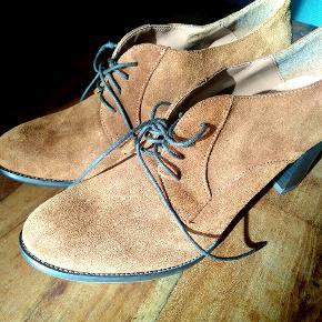 Flotte støvletter fra kiomi i størrelse 41. Der er kommet ny sål på hælen, så de er lidt blødere at gå i. Køb 3 af mine ting og få den billigste gratis :)