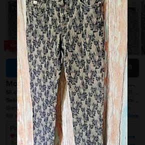 Fede 7/8 bukser i mørkeblå/grå. God men brugt, da de var farvorit bukserne. Men bestemt stadig fine😊 sælges til god pris👍 spar 900kr