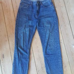 Jeans fra COS med mid rise, straight fit og cropped length. Str. 28. Passer 38/M.