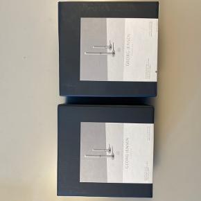 2 pakker lysestager fra Georg Jensen. Er aldrig brugt.   Prisen er pr. pakke (dvs. en lav og en høj lysestage)