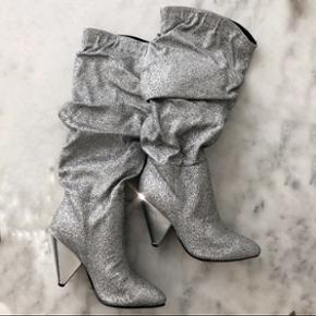 Fede sølv glitter støvler str. 38 Haft på 1 gang. Sender ikke. Overleveres i Kbh efter køb.