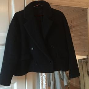 sælger denne super lækre korte jakke!! 😍str m-l køber betaler fragt 🛍
