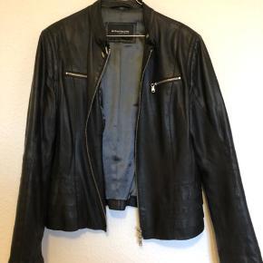 Flot feminin læder jakke med flotte detaljer. Størrelsen er ca. en large. Se brystmål på billede. Køber betaler Porto, men kom endelig med et bud, vi er til at handle med 👍🏼