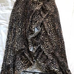 Super flot nederdel med leopard print og slids i siden fra PIECES