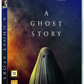 0346 👻 Ghost Story, A (DVD)  Dansk Tekst - I FOLIE   A Ghost Story En mand, C (Casey Affleck), bliver kørt ned og dræbt. Hans kæreste, M (Rooney Mara), er naturligvis knust, men da hun tager hjem fra lighuset efter at have identificeret ham, sker der noget mærkeligt. Han rejser sig op, stadig iført sit ligklæde, og følger efter hende! A Ghost Story er en usædvanlig spøgelseshistorie. Langsom, mediterende, tryllebindende. Der udspiller sig et hjerteskærende, men næsten ikke-eksisterende drama mellem de to karakterer: Kvinden, der kun kan sørge, og spøgelset, der ikke kan trøste hende.