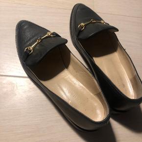 Gardenia sko købt i sommeren 17. De er blevet brugt til to arrangementer, så de står stadig som ny. Sælges da de er for små. Passer en normal str. 38. Kvittering medfølger.  Byd endelig :-)