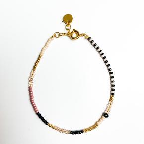 SOMMERTILBUD: 4 for kr. 250,- INKL FRAGT   Smukke armbånd i mange forskellige farver og mønstre - laves nøjagtigt efter dit ønske!  I vanvittigt gode materialer som altid er sølv- eller guldbelagt.  Der er mulighed for tilkøb i form af kvast, vedhæng, forskellige slags låse, og som de fleste vælger; en lille fin kæde i enden med et rundt vedhæng på, for justerbarhed i størrelsen. Alt kan lade sig gøre!  Jeg laver også ankelkæder og halskæder mm.   Du kan helt selv designe dem som du vil. Spørg endelig efter hvad du end ønsker!   Priser  1 armbånd • 85,- 3 armbånd • 230,-  5 armbånd • 350,-  10 armbånd • 650,-   Tilkøb: Fragt: 15,- • dao: 37,-  Endekæde med vedhæng • 10,- Kvast, vedhæng mm. • 10,-  Smid en kommentar indeholdende dit tlf nummer, så finder vi ud af noget. Glæder mig til at høre fra dig! Obs: bemærk at fragtomkostninger + eventuelt ts-gebyr er på købers regning.