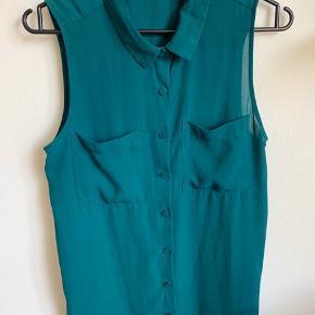 Flaskegrøn skjorte u ærmer i let, næsten gennemsigtigt stof 🍀   Ps Jeg bytter gerne, hvis du har noget spændende 🕵🏻♀️