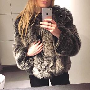 Super flot faux fur jakke fra Trend Day! Pæn og velholdt, og ikke brugt meget. Dejlig varm!  Nypris var omkring 1200 kr.   Hurtig handel ønskes!   Kan mødes og handle i Århus eller sende over Tradonos handelssystem 🌸