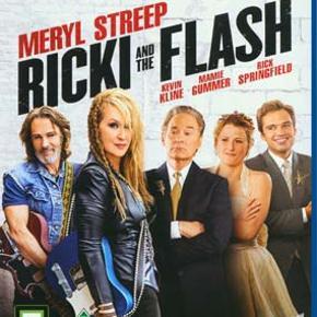 0314 - Ricki and the Flash (Blu-ray)  Dansk Tekst - NY Film er ny men er ikke i folie    Ricki and the Flash  Musikeren og sangeren Ricki opgav for mere end tyve år siden sin mand og sine børn for at forfølge sin drøm om at blive rockstjerne. Drømmen lever stadig, men nåede ikke de højder, hun havde forestillet sig. Da Ricki kontaktes af sin eksmand på grund af datterens nervesammenbrud, vælger hun modvilligt at tage tilbage til den familie, hun tog afsked med. For måske kan det for Ricki også være en mulighed for at klinke skårene og forklare, hvorfor hun foretog de valg, hun traf i sin tid.  Tekst fra pressemateriale