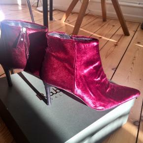 Kommer i originalkasse (ny pris 3239 kr) Har præcis samme sko i grøn, også nye, se anden annonce. Sælger begge par for 1500 kr!