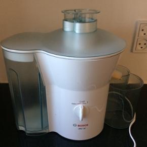 Juicer Bosch 380 w. Kan juice frugt og grøntsager og det meste med skræl. Lav selv sund juice. Nemt. De enkelte dele kan gå i opvaskemaskinen.