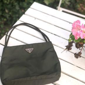 Vintage Prada taske i god stand, kommer med ægthedsbevis + det originale salgsmærke