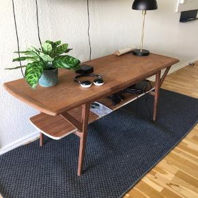 Rigtig fint tv bord eller sofa bord, det kunne godt trænge til en gang slibning pga det tidligere har været malet Hvidt og så en ny gang lak, så vil det komme til at stå endnu mere skarpt.
