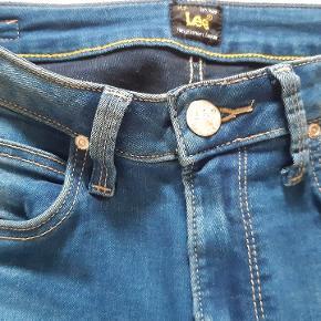 """NEDSAT... Som nye 🍀Helt vildt lækre og meget bløde Lee Highwaist skinny fit, model Skyler. Bukserne er prøvet på et par timer, men desværre for store - de et vasket en enkelt gang inden """"brug""""- Modellen er ikke at finde i de fleste butikker ( i Aarhus i hvert fald), så slå til her, og få et par jeans der bare sidder fantastisk. Str 28/33"""