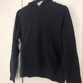 Helt klassisk mørkeblå arket hoodie i str SMALL. Fejler intet :)