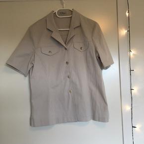 Forskellige jakker, som sagtens kan bruges igen hos en ny ejer! De passer begge til en størrelse L, men har dog ingen størrelse angivet i sig!   Det er 100kr pr. Stk. 😄  Køber betaler fragt!