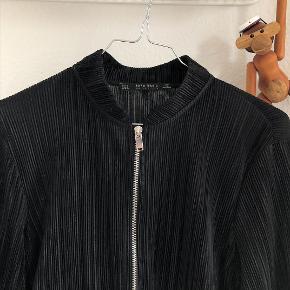Plisseret cardigan fra Zara. Brugt enkelte gange, men fejler intet.
