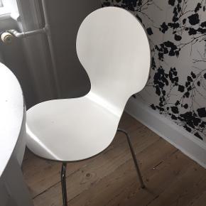Sælger tre stole. 2 i hvid og 1 i sort.  Varen befinder sig på Østerbro  Se også mine andre annoncer
