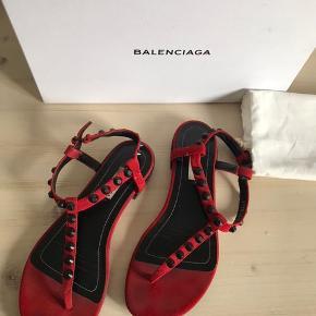Fineste røde ruskinds sandaler fra balenciaga, i en alm str 37. Sandaler er brugt få gange. Nypris er 4000. Prisen er fast.  Fri fragt