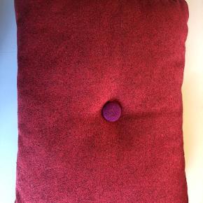 Uldpude. 45x60 cm. Lilla og pink knap. Se også mine andre Hay puder.
