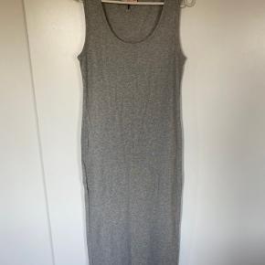 Flot lang basis kjole. Rigtig lækker blød kvalitet.  Aldrig brugt. Vasket en gang i neutral