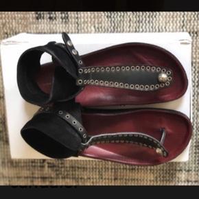 Smukkeste sandal. Ikke brugt mange gange men har alligevel fået lidt let slid. Nyprisen var 3000,-