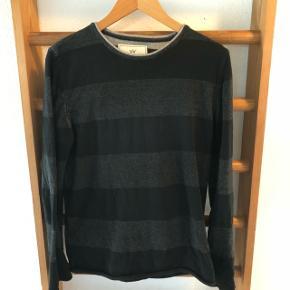 Mørkegrå og sort bomulds sweater i fin stand.