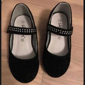 Sort sko brugt indenfor et nogle timer .. str 24. Mål se billede 3  Super fin stand 85 kr  Hentes i Ørestad Kbh s eller sendes på købers regning