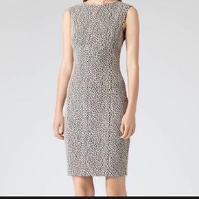 Fitted kjole fra engelske Reiss, perfekt stand! Modellen hedder Cindy og nypris var £139 ✨   Hentes på Islands Brygge eller sendes på købers regning
