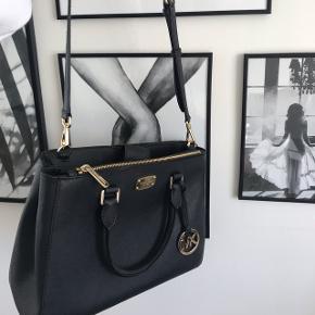 Sælger min taske som jeg købte i new York i 2017.   Tasken er i rigtig god stand, og ser stadig ny ud.  Jeg har kvittering.