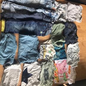 7 Par  bukser (1 par er nye) 2 lang ærmet bodyer 3 sweaters 2 langærmet bluser 4 t-shirts  2 t-shirts har enkelte pletter