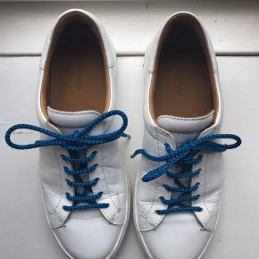 Hvide sommer sneaks i læder med blå snørrebånd