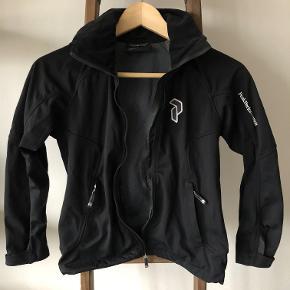 Flot jakke, kun brugt et par gange, er som ny men skal have sat en ny lynlås i da den er i stykker, sælges derfor billigt. Mindstepris 200pp.