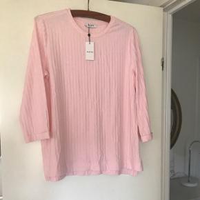 Helt ny lyserød Pieces langærmet t-shirt i rigtig dejlig kvalitet.