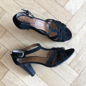 Høje, sorte ruskindssandaler fra Patricia T. De sidder godt på foden. De er bare for høje til mig. Derfor har jeg kun brugt dem ganske få gange. Lidt store i størrelsen.
