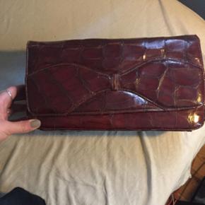 Vintage clutch i præget, brunt læder.  BYD 😊