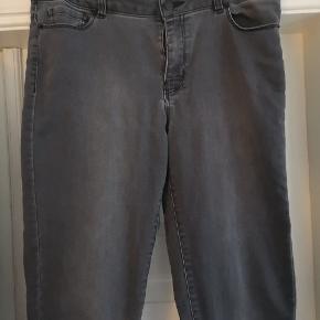 Mørkegrå cowboybukser (bløde i stoffet) str L måske en str. 38-40 med smalle lange ben (34)