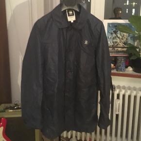 Mørkeblå trenchcoat fra G-Star Raw Skriv gerne en besked for mere info, billeder osv. Kan sende eller mødes i Århus. Tjek gerne min side ud, har mange gode ting til salg!