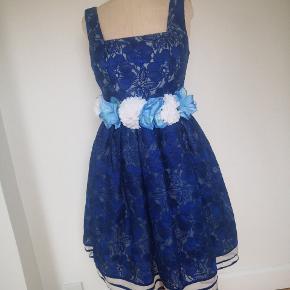 Super smuk kjole i kongeblå farve blonde, aldrig brugt sælges pga vægttab. Str UK 12 DK 40. Blomster bæltet er ikke med til købet , brugt som pynte mit foto 😁
