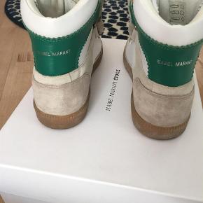 Varetype: Sneakers Farve: Hvid Oprindelig købspris: 3100 kr.  Sælger disse IM Bilsy sneakers. De er næsten nye, og sælger udelukkende fordi de er for små.