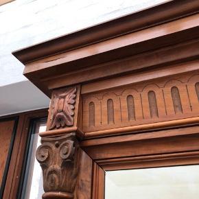 Smukt antik spejl fra 1800 tallet. Købt på Lauritz for ca 1 år siden. Det er for stort og må derfor videre.  Mål 72 x 210 cm Sælges for 1500,- Sender ikke - det er meget tungt.