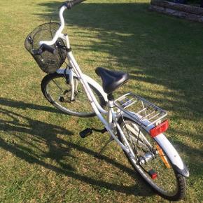 Super velholdt Puch pigecykel med 3 Nexus gear, cykelkurv og magnet lys.  Er lige blevet rengjort og smurt.  Helt ny stadig indpakket cykellås kan tilkøbes for 100,-
