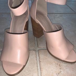 Bunden er en smule slidt, og en lille ridse på indersiden af Venstre sko. Hælen fejler intet.