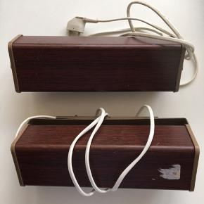 Sengelamper med retro trælook. De er dog lavet i metal. Lidt rust enkelte steder. Den ene fungerer. Den anden skal måske blot have skiftet pæren. En skue mangler. Spindelvæv er inklusive 😊